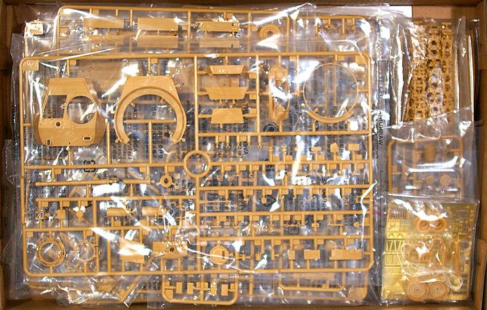 M24 チャーフィー 軽戦車 英軍仕様 (大戦型) + 戦車兵1体プラモデル(ブロンコモデル1/35 AFVモデルNo.CB35068)商品画像_1