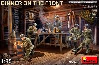 前線で夕食を取る兵士